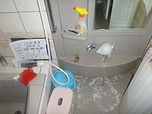 浴室(給水管)洗浄中