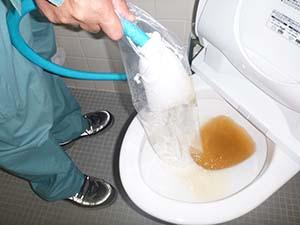 女子トイレ(給水管) 洗浄中