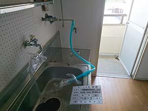 給湯器用の給水管に洗浄の為のバルブを設置