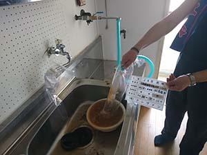 給湯器用(給水管) 洗浄中
