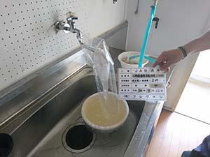 台所(給水管) 洗浄中