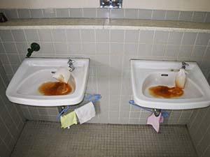 1F 男子トイレ 手洗い 【洗浄中】