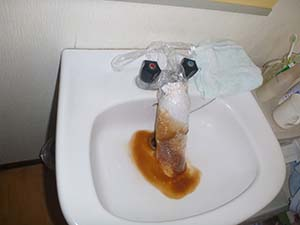 洗面所(給水管)洗浄中