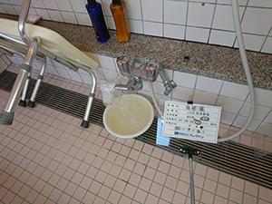 小浴室 シャワー付水栓 (給湯管) 洗浄中