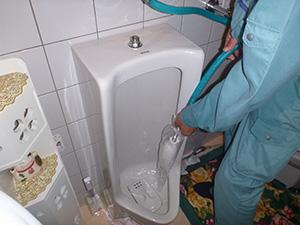 トイレ:小便器(給水管) 洗浄中