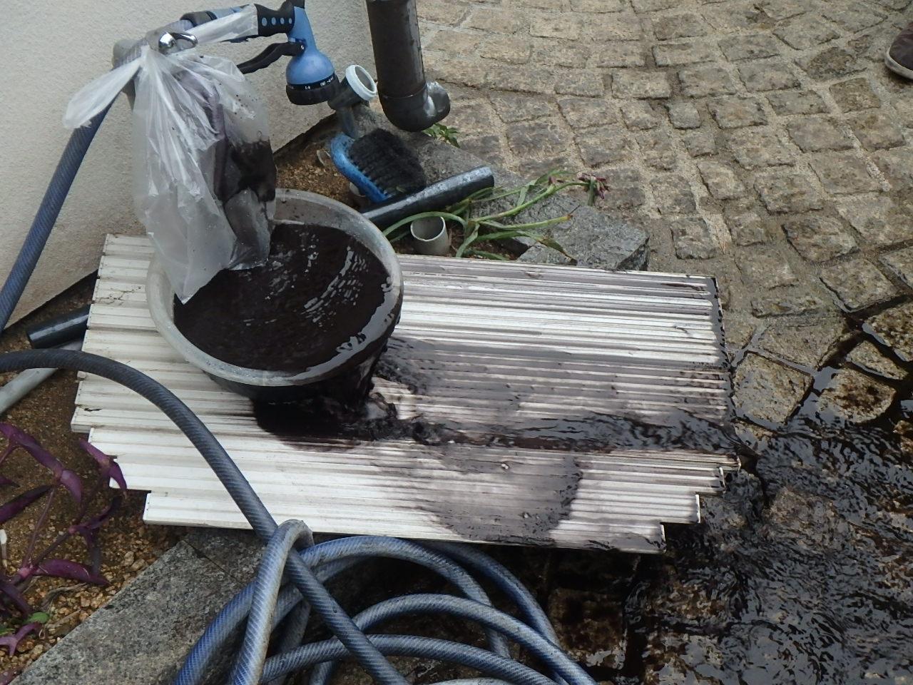 屋外水栓作業中